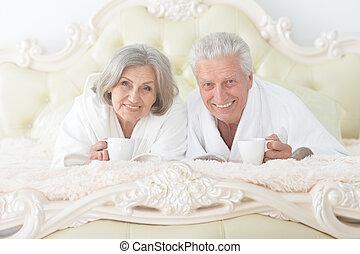 お茶, 恋人, 白, ベッド, バスローブ, シニア, 飲むこと