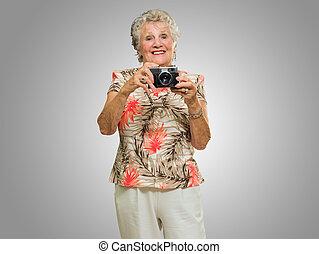 かちりと鳴ること, 写真, 年長の 女性
