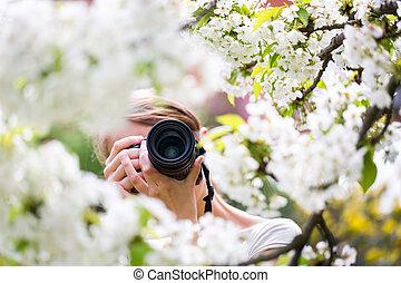 かなり, 女性, カメラマン, 屋外で, 上に, a, 美しい, 春, 日, 写真を撮る, の, a, 開くこと, 木