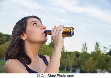 かなり, 若い, ブルネット, びんから飲むこと, の, ビール, 中に, ∥, park.