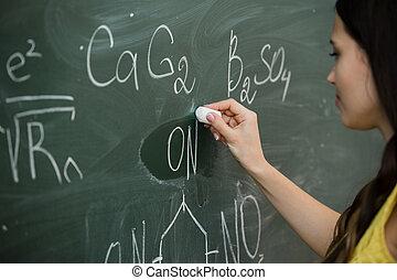 かなり, 若い, 女性, 大学生, 執筆, 上に, ∥, 黒板, 黒板, の間, a, 化学クラス