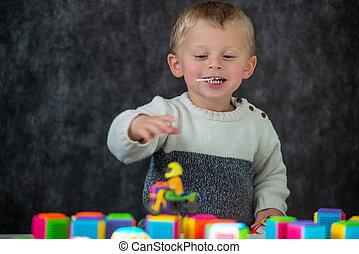 かわいい, おもちゃ, 男の子, オートバイ, わずかしか, 遊び, 肖像画