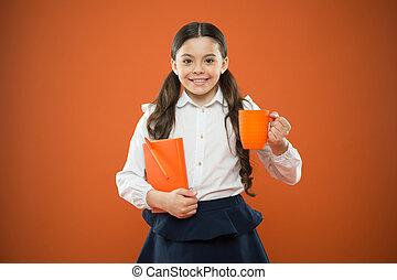 かわいい, すべて, depends, 女生徒, 女の子の微笑, 幸福, 彼女, カップ, メモ, バックグラウンド。, 熱いオレンジ, 楽しむ, 幸せ, 飲みなさい, book., 壊れなさい, 子供, breakfast., 学校, 小さい, 持つこと