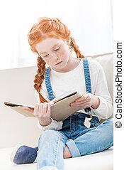かわいい, わずかしか, モデル, ソファー, 間, 本, 集中される, 家, 女の子の読書