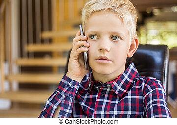 かわいい, わずかしか, ワイシャツ, 男の子, concept., 現代, 話し, 電話。, 技術, コーカサス人