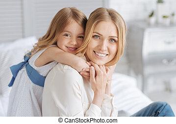 かわいい, わずかしか, 娘, 彼女, 抱き合う, 母