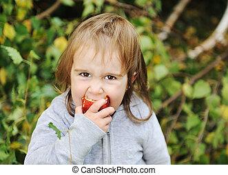 かわいい, わずかしか, 屋外, 食べること, アップル, 女の子