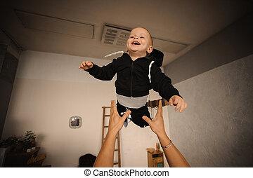 かわいい, わずかしか, 彼の, 投げる, 父, の上, 空気, 息子, 幸せ