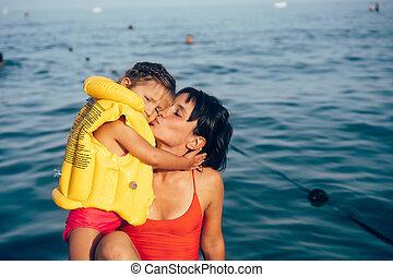 かわいい, わずかしか, 浜。, 若い, 母, 女の赤ん坊