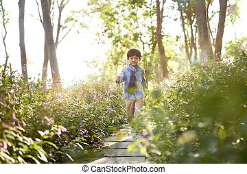 かわいい, わずかしか, 花, 男の子, 歩くこと, フィールド, アジア人