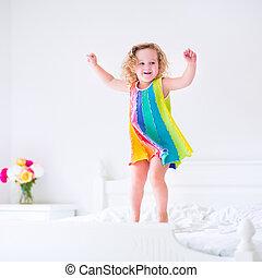 かわいい, わずかしか, 跳躍, 女の子, ベッド
