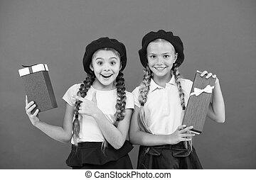 かわいい, 余分, gift., bonus., 本当, concept., 女の子, 幸せ, 買い物, 得なさい, ボーナス, tour., 贈り物, 小さい, birthday, 子供, 把握, 来なさい, 夢, 子供, 贈り物, boxes., yourself., 一突き, childhood.