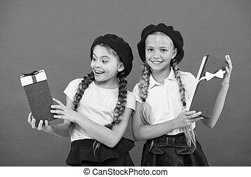 かわいい, 余分, gift., bonus., true., concept., 女の子, 幸せ, 買い物, 得なさい, ボーナス, tour., 贈り物, 小さい, 箱, birthday, 子供, 把握, 来なさい, 夢, 子供, 贈り物, yourself., 一突き, childhood.