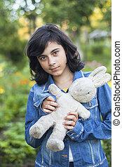 かわいい, 古いおもちゃ, デニム, 若い, ジャケット, 女の子, outdoors.