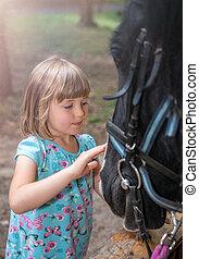 かわいい, 女の子, なでること, 向かいなさい, a, 黒い馬