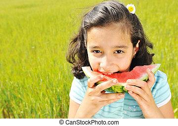 かわいい, 女の子, スイカを食べること, 芝生に, 中に, 夏