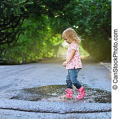 かわいい, 女の子, 跳躍, に, a, 水たまり