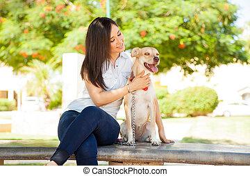 かわいい 女, かわいがること, 犬, 彼女