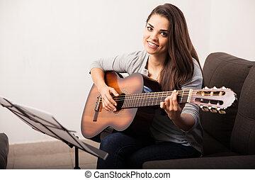 かわいい 女, ギターの 演奏, 家で