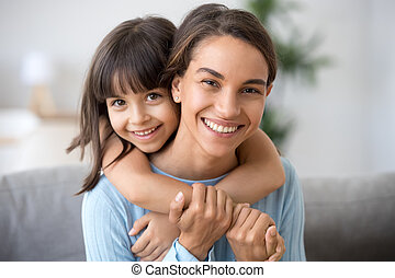 かわいい, 娘, 見る, カメラ, お母さん, 包含, 子供, 幸せ