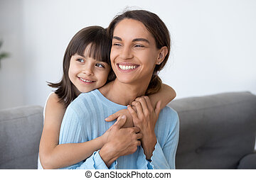 かわいい, 娘, 見る, 未来, お母さん, 包含, 微笑, 子供