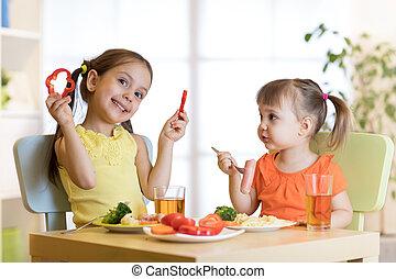 かわいい, 子供たちが食べる, 健康, 女の子, 食品。, 昼食, kindergarten., 子供, 家, ∥あるいは∥