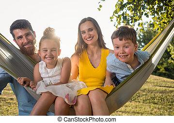 かわいい, 家族, おかしい顔, 見る, 間, カメラ, 子供, 肖像画, 作成