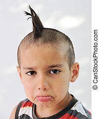かわいい, 小さい 男の子, ∥で∥, 面白い, 毛, そして, 朗らかである, しかめっ面をしなさい