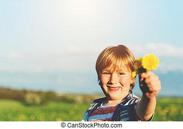 かわいい, 小さい 男の子, 屋外で, 花, 遊び