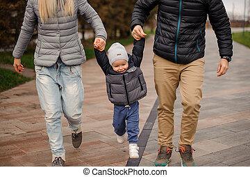 かわいい, 小さい 男の子, 跳躍, 親, 手を持つ