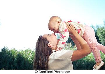 かわいい, 屋外で, 若い, 母, 赤ん坊, 肖像画, 持ち上がること, 幸せ