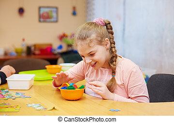 かわいい, 必要性, 子供, 中心, 技能, 不能, develops, モーター, 女の子, 大丈夫です, リハビリテーション, 特別, 幸せ