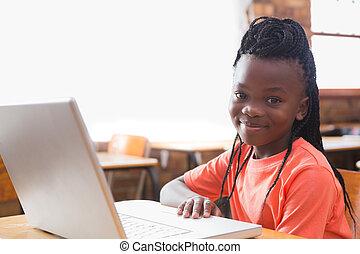 かわいい, 生徒, ラップトップを使用して, 中に, 教室