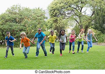 かわいい, 生徒, 競争, 芝生に, 外
