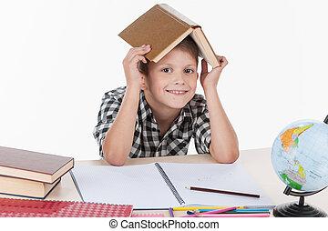 かわいい, 男の子のモデル, テーブル, そして, 微笑。, ハンサム, わずかしか, 男生徒, 保有物, 本, 上に, 彼の, 頭