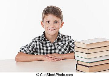 かわいい, 男の子のモデル, テーブル, そして, 微笑。, ハンサム, わずかしか, 男生徒, 勉強, 白, 背景
