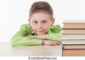 かわいい, 男の子, 上に傾斜する, テーブル, そして, 微笑。, ハンサム, わずかしか, 男生徒, 勉強, 白,...
