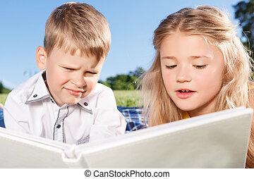かわいい, 男の子, 本, 微笑, 読書, 女の子