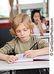 かわいい, 男生徒, 執筆 本, 机