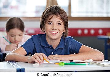 かわいい, 男生徒, 微笑, 中に, 教室