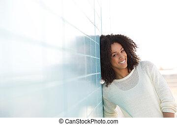 かわいい, 若い, 微笑の 女性, 屋外で