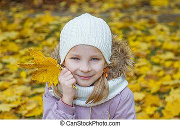 かわいい, 葉, 上に, 黄色, 秋, 女の子