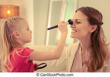 かわいい, 適用, 彼女, お母さん, 顔, 朗らかである, 粉, 美顔術, 女の子