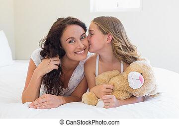 かわいい, 頬, ベッド, 母, 接吻, 女の子