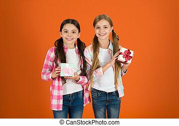 かわいい, gift., gifts., 本当, concept., 女の子, 幸せ, 買い物, 交換, tour., 贈り物, childhood., birthday, 子供, 把握, 来なさい, 伝統, 夢, 子供, 贈り物, boxes., yourself., 一突き, 小さい