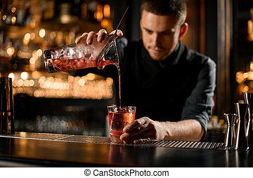 こし器, 飲みなさい, アルコール, ガラス, バーテンダー, 注ぎ込み