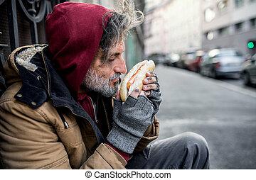 こじき, 都市, においをかぐ, hot-dog., ホームレスである, 屋外で, 保有物, 人