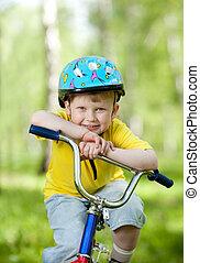 すてきである, 子供, weared, 中に, ヘルメット, 上に, 自転車