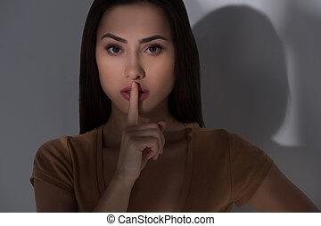 たくわえ, silence., 美しい, 若い女性, 保有物, 口の指, そして, カメラを見る
