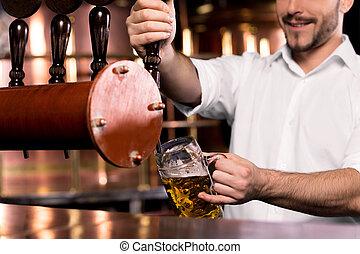 たたきつける, バーテンダー, poring, beer., イメージ, smiley, ビール, 切り取った, 大袈裟な表情をしなさい